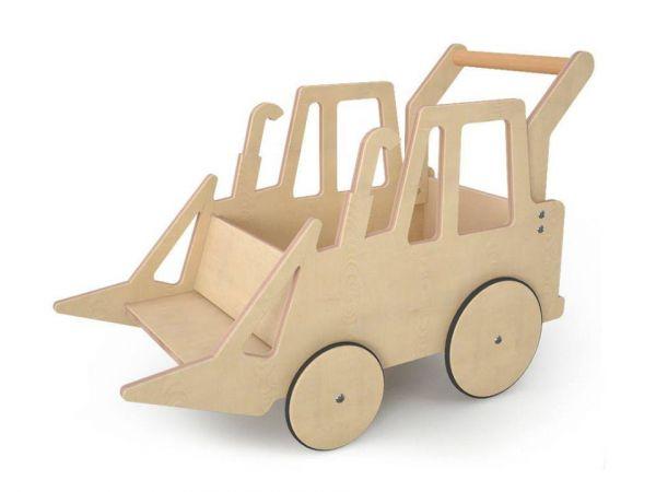 Lasten Harvy-traktori luonnonpuusta